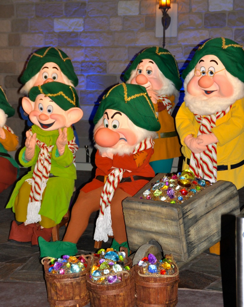 seven dwarfs very merry christmas