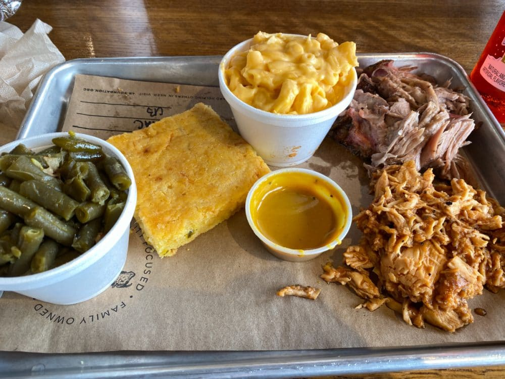 4-rivers-smokehouse-platter-with-Mac-and-cheese-and-pork