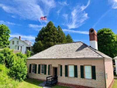 fort-mackinac-state-park-building-and-flag