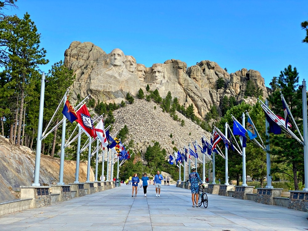 mount rushmore entrance and flags