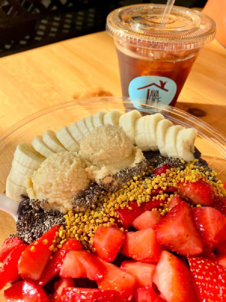 acai-bowl-with-bananas-and-strawberries