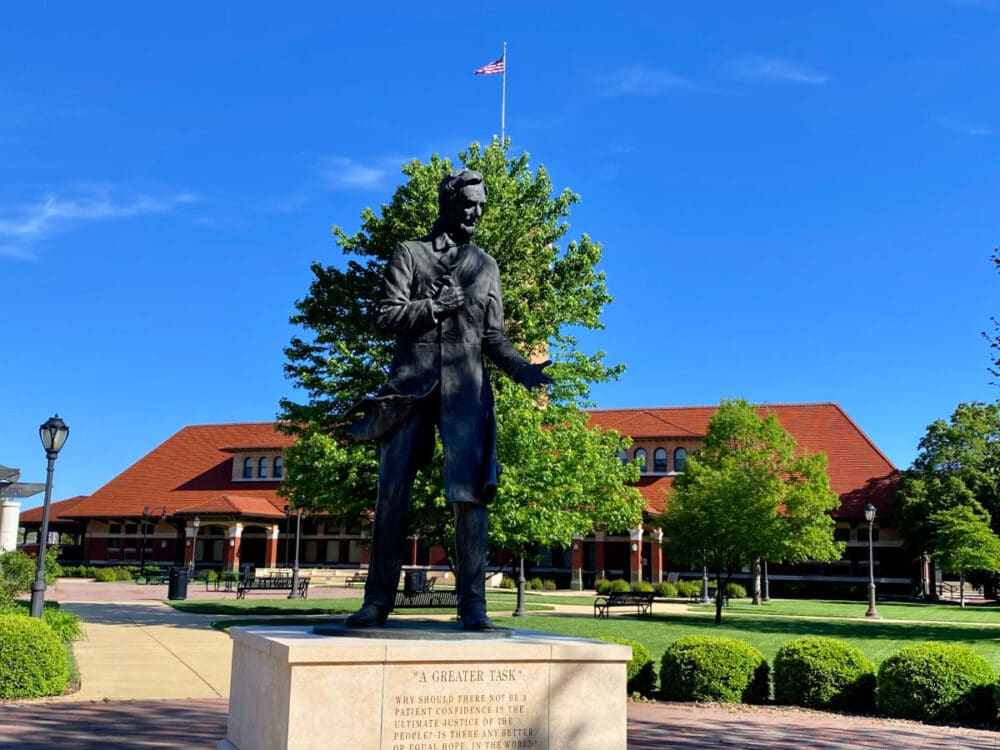 lincoln-statue-in-front-of-museum