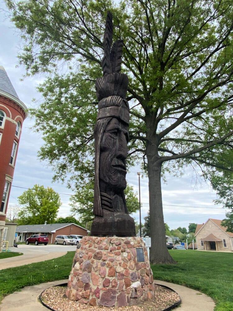 tall-oak-sculpture-kansas